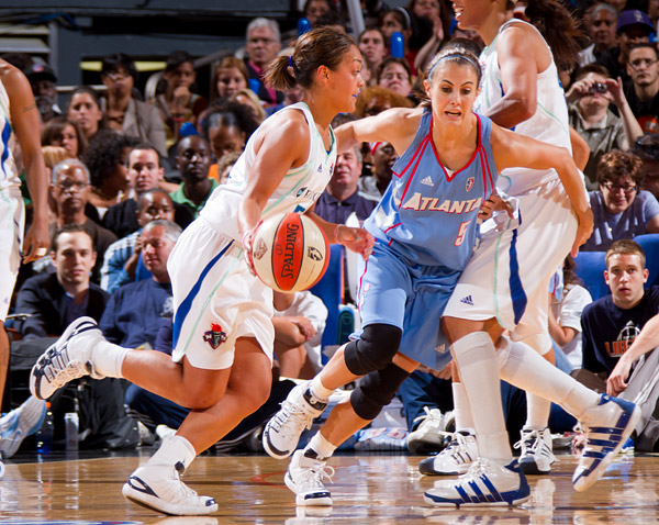 New York's Leilani Mitchell drives past Atlanta's Shalee Lehning