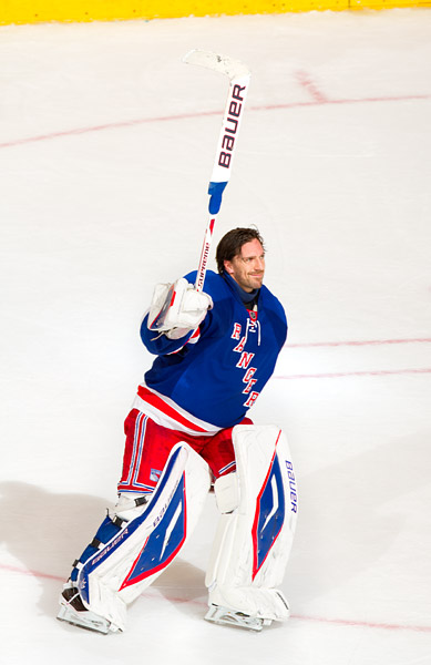 Henrik Lundqvist salutes the crowd after being named the #1 star of the game